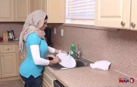 مايا خليفة ووالدتها وصديقتها بنيام في فيلم مترجم الإباحية افلام